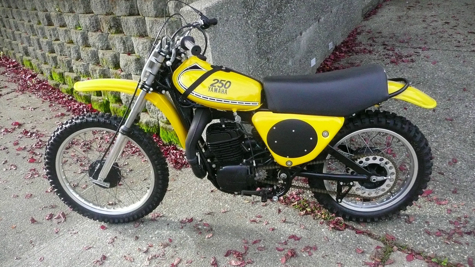 1975 yamaha yz250b mono shock strap tank 360 a 1974 125. Black Bedroom Furniture Sets. Home Design Ideas