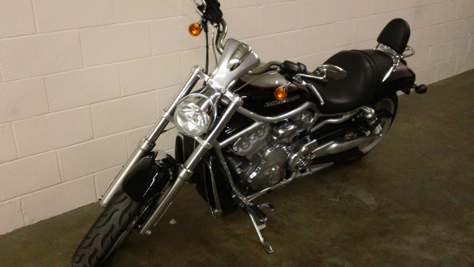 2009 Harley-Davidson VRSCAW V-ROD motorcycle two-tone with extras ...