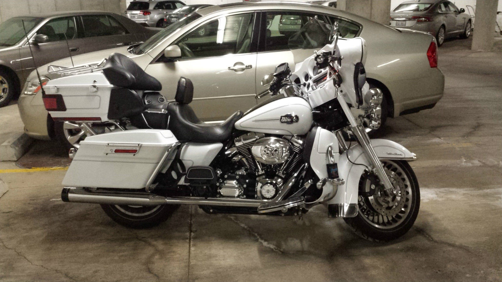 White Harley Davidson: Harley Davidson 2012 FLHTCU Pearl White Metallic