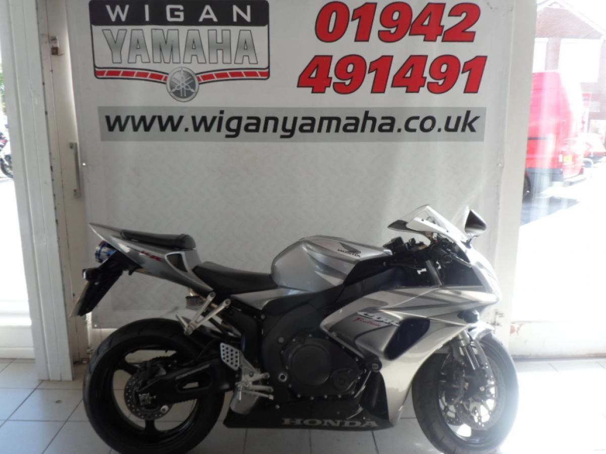 HONDA CBR1000RR6 FIREBLADE PRISTINE WITH FAIRING PROTECTORS AND OVAL RACE CAN
