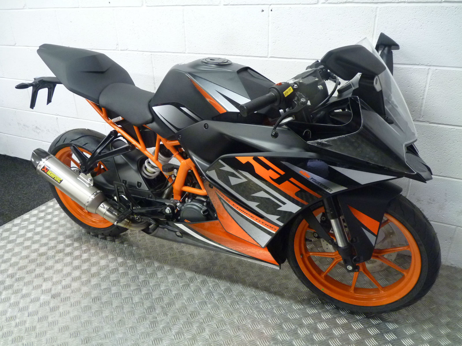 ktm rc 125 2015 sports bike now with free akrapovic. Black Bedroom Furniture Sets. Home Design Ideas