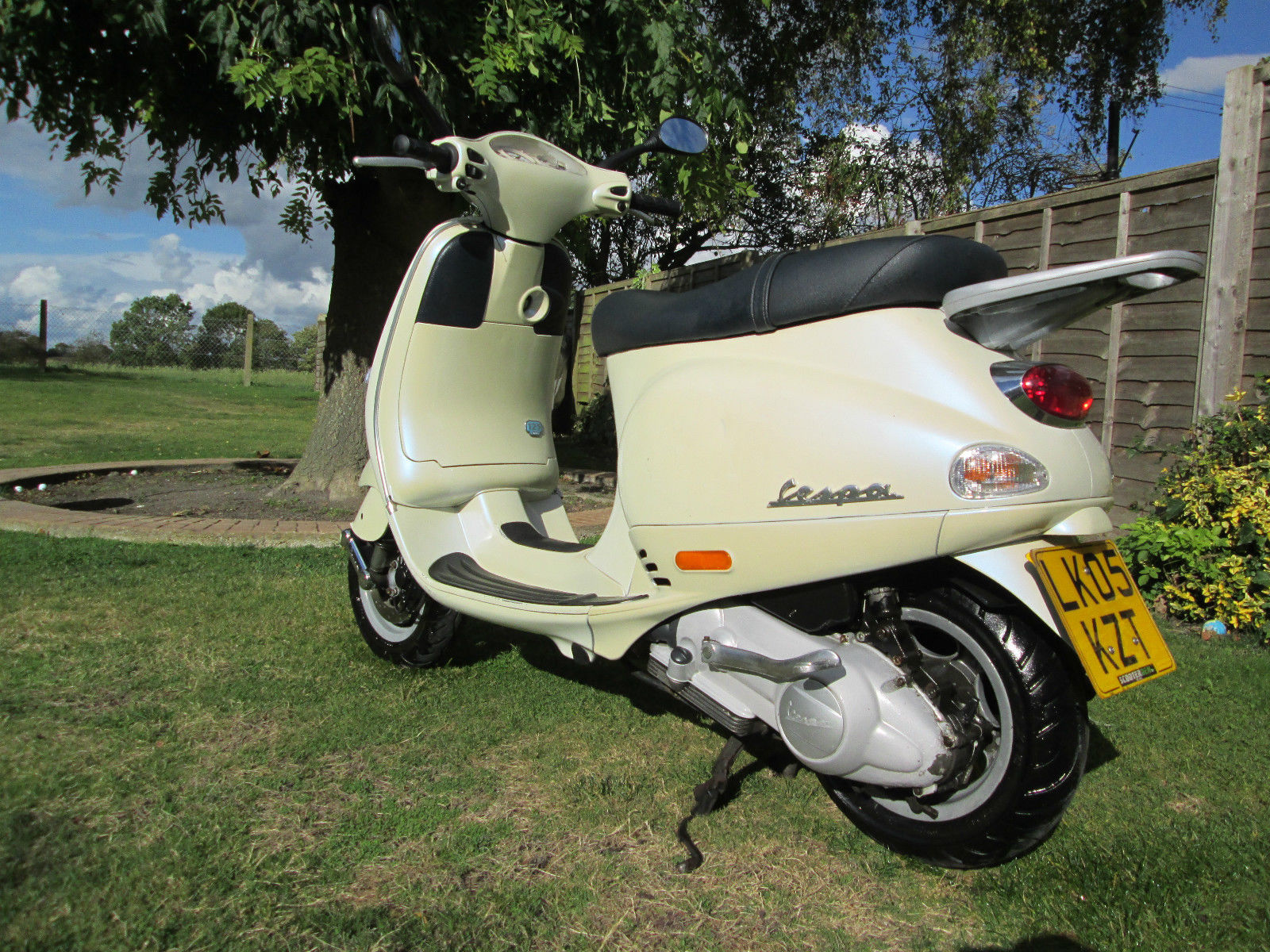 vespa piaggio et4 125 learner legal scooter pearl white with 1 years mot. Black Bedroom Furniture Sets. Home Design Ideas