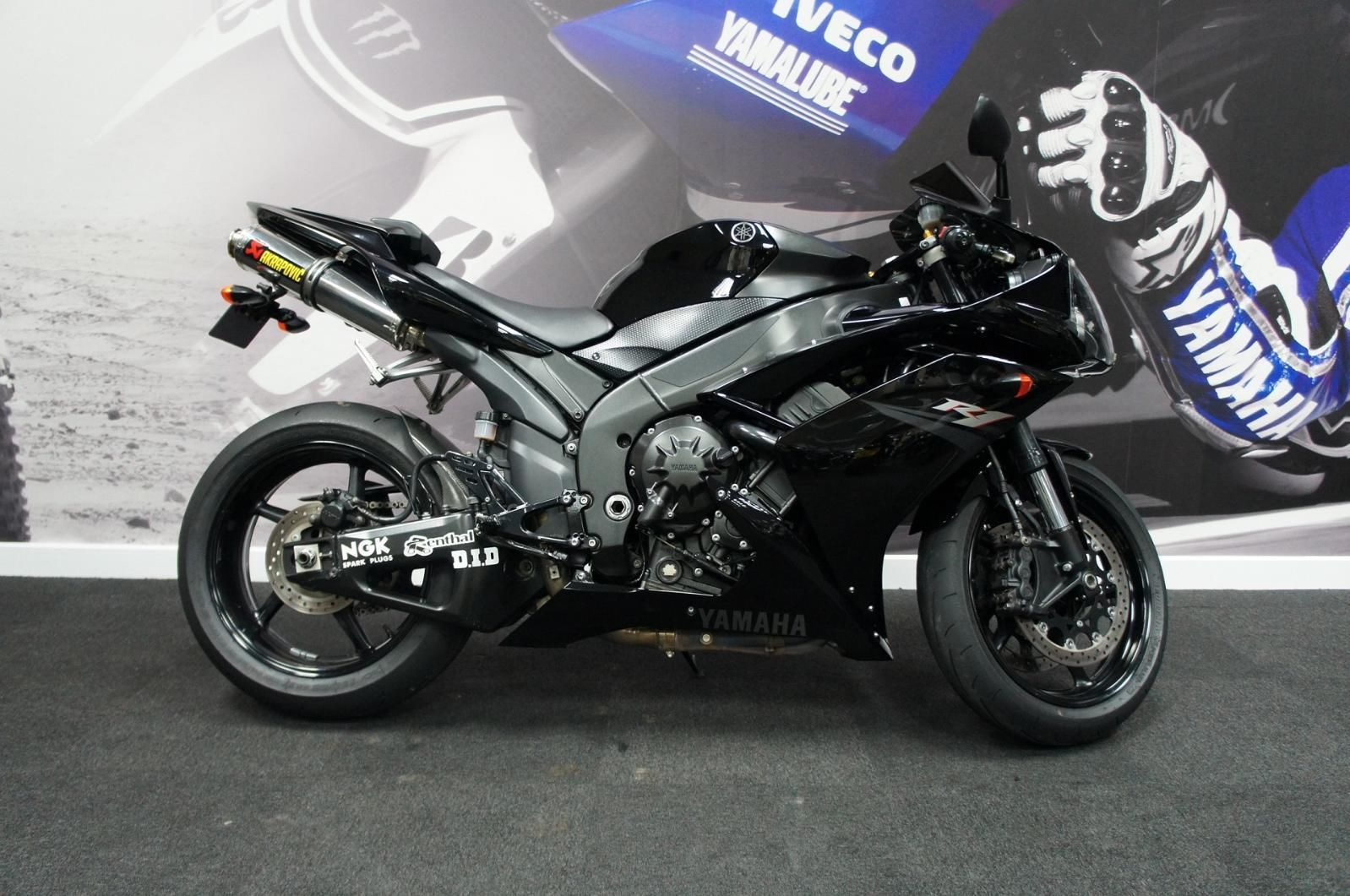 Yamaha YZF R1 2007 model with ??1000's worth of extras!!!